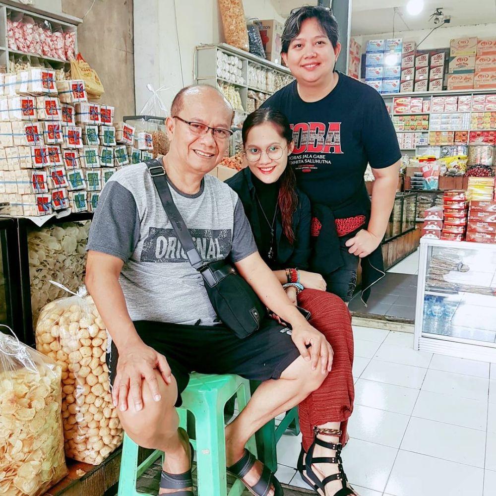 Family Man! 9 Potret Artis Pria Batak Bersama Keluarga Tercinta