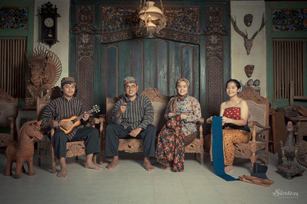Batak hingga Timor Leste, 9 Potret Keluarga Artis Pakai Busana Adat