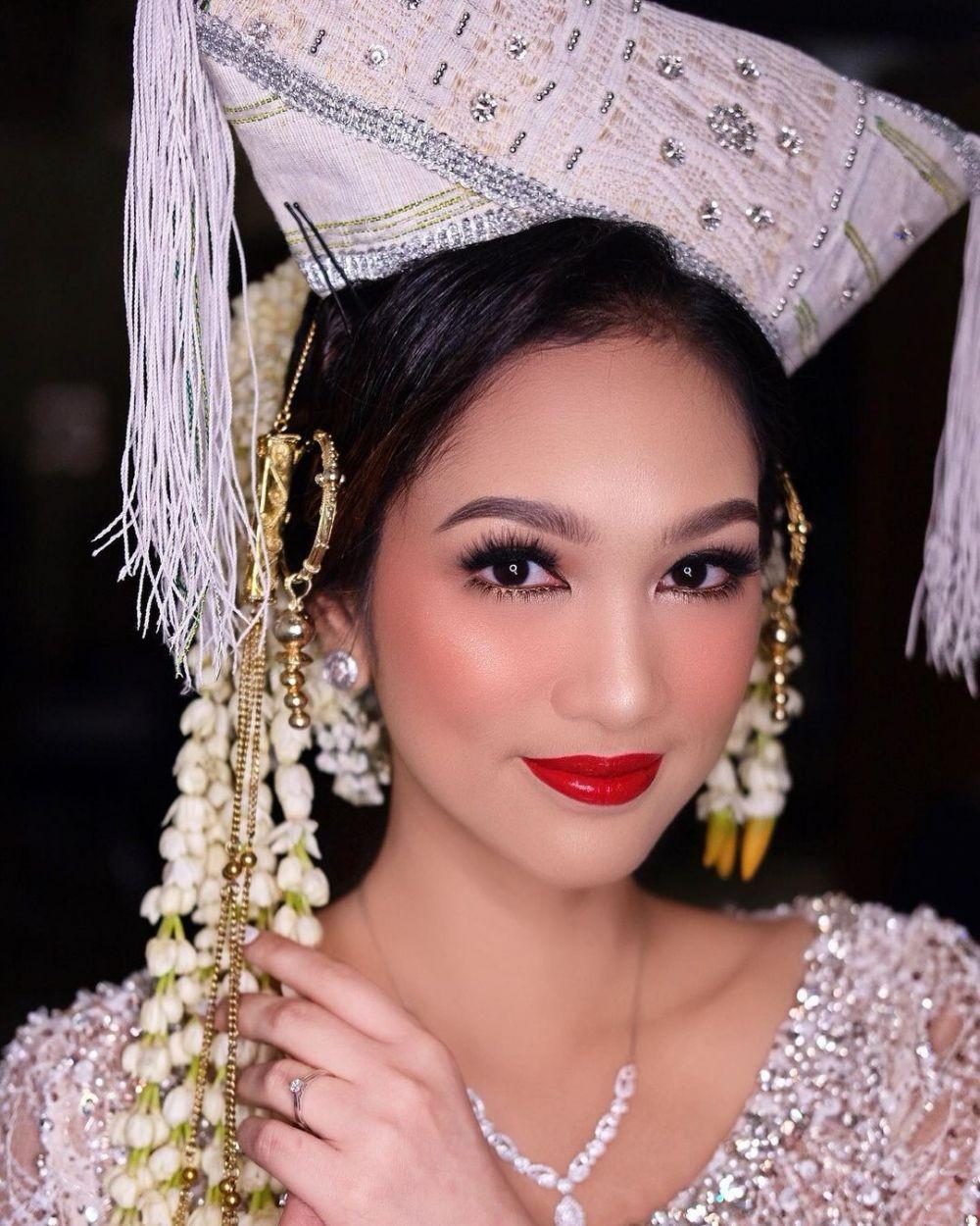 10 Inspirasi Makeup Pengantin Adat Batak, Bold dengan Mahkota Megah